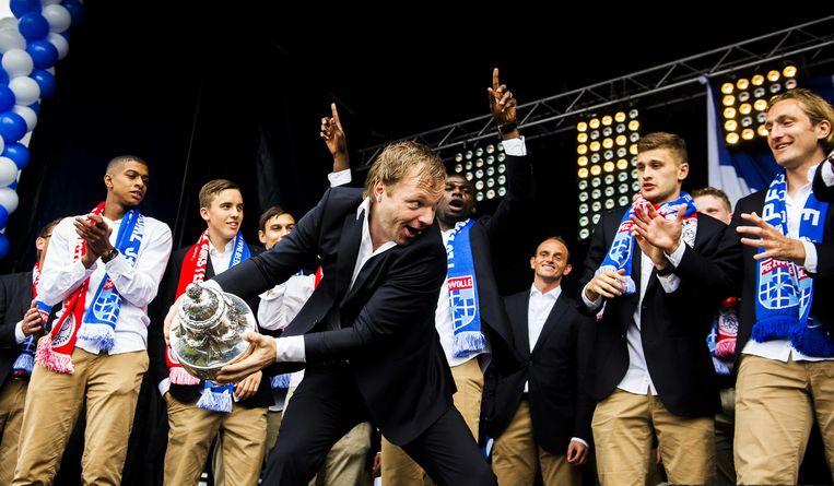 2014-04-21 ZWOLLE - Spelers en staf van PEC Zwolle worden gehuldigd in het Wezenlandenpark in de thuisstad. De Zwolse voetbalclub won voor het eerst de KNVB-beker na de zege op Ajax. ANP REMKO DE WAAL Beeld ANP