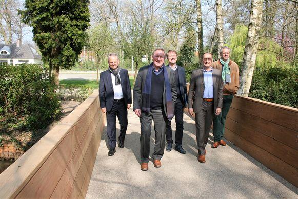 Het gemeentepark kreeg al een nieuwe brug en nu worden de wandelpaden aangepakt.