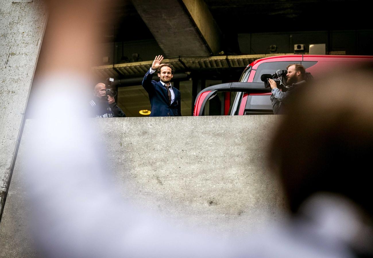 Daley Blind zwaait naar een groepje fans bij aankomst bij de Johan Cruijff ArenA.