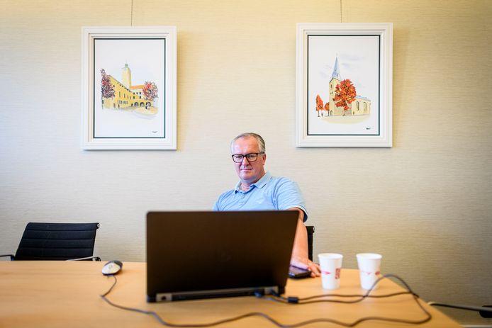 Wethouder Arjan Kampman kijkt de uitzending Opstandelingen terug op zijn werkkamer in het  stadhuis in juni vorig jaar