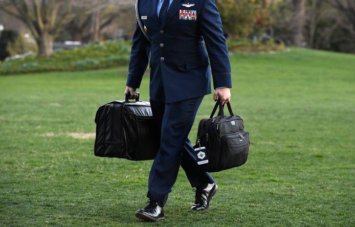 Een militair met de 'nucleaire voetbal'.