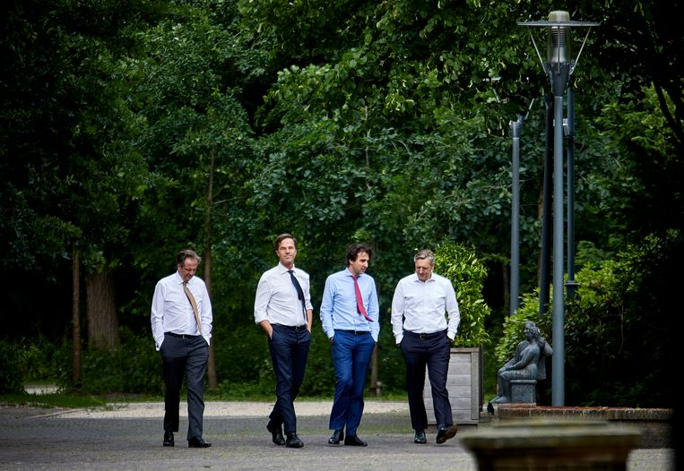 12 juni 2017. Mark Rutte (VVD), Sybrand van Haersma Buma (CDA), Alexander Pechtold (D66) en Jesse Klaver (GroenLinks) in de tuin van het Catshuis tijdens het formatieoverleg. Beeld Phil Nijhuis