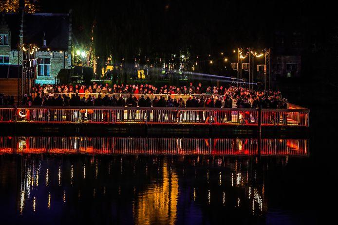 Brugge is sprookjesachtig verlicht tijdens de eindejaarsperiode.