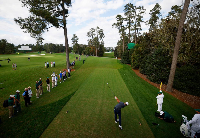 Dustin Johnson slaat af op de achttiende hole in de Augusta National Golf Club, in Georgia. Beeld REUTERS