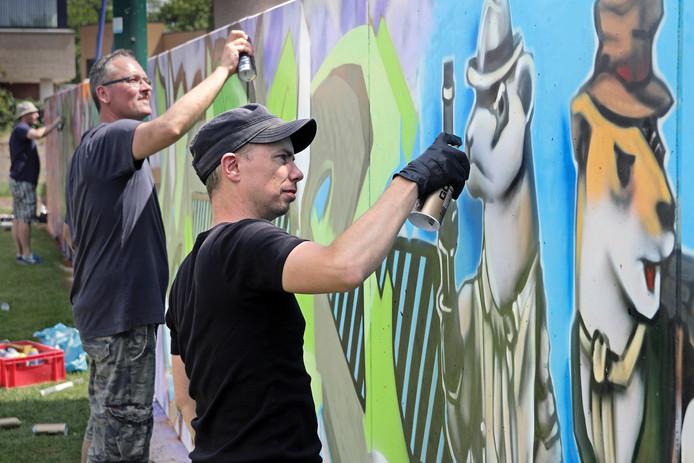 De legale graffitimuur werd afgelopen zondag in gebruik genomen bij jongerencentrum 't Honk in de Palestrinastraat.