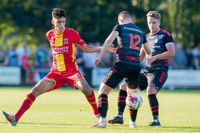 Aanvallende middenvelder Zakaria Eddahchouri (links) in actie voor Go Ahead Eagles tijdens het oefenduel met FC Emmen (2-3).