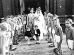 WEERZIEN: Voetballertjes vormen erehaag bij een bruiloft in Schaijk