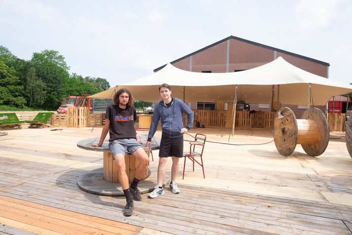 Ilan Belderbos (links) en Thomas Bruggeman bouwen hun zomerbar op.