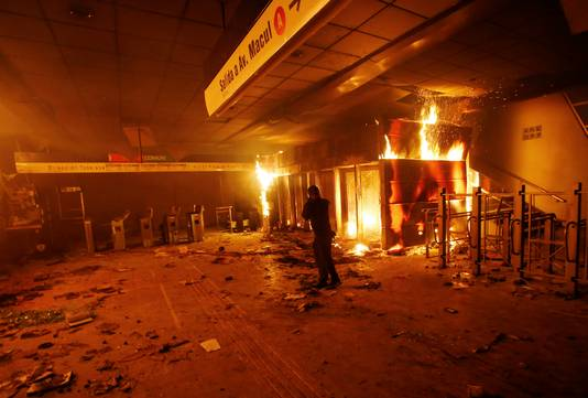 Uit protest tegen de prijsverhogingen in het OV moest een metrokantoor het ontgelden.