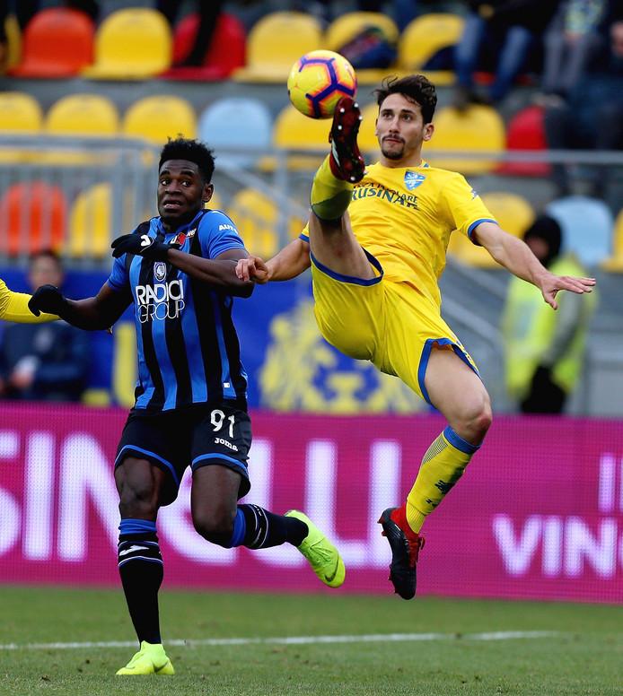 Duván Zapata in duel met Frosinone-verdediger Edoardo Goldaniga.