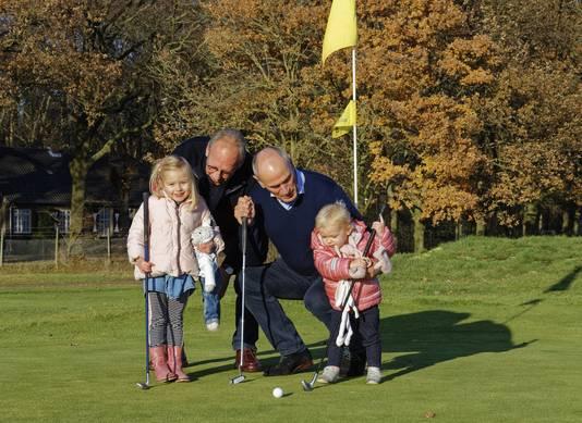 De heren met jonge aanwas op de golfbaan in Rosmalen.