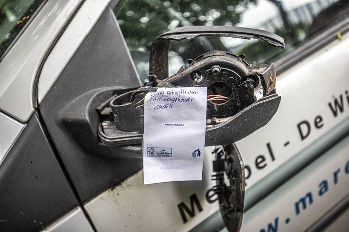 De politie roept met handgeschreven briefjes gedupeerde autobezitters op om snel aangifte te doen van de vernielingen.