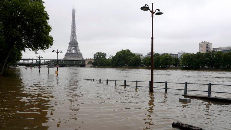 Het waterpeil van de rivier de Seine blijft vrijdag stijgen. Beeld reuters