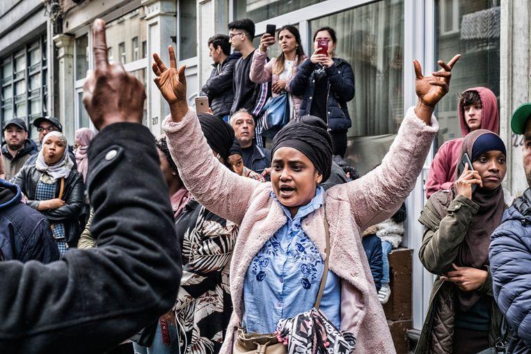 Ouders protesteren voor de Franstalige gemeenteschool École 1 in Schaarbeek. Beeld Tim Dirven
