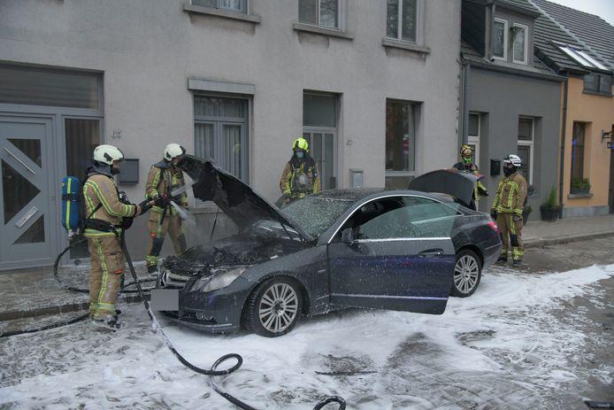 De brandweer moest flink wat schuim gebruiken, maar ze kregen de brand relatief snel onder controle.