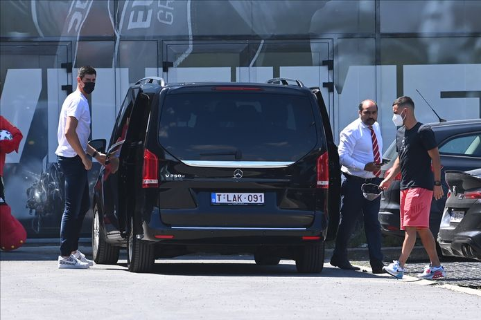 Eden Hazard en Thibaut Courtois bij aankomst in Tubeke.
