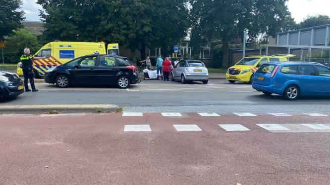 Gewonde bij aanrijding tussen scooter en auto op Oldenzaalsestraat in Hengelo