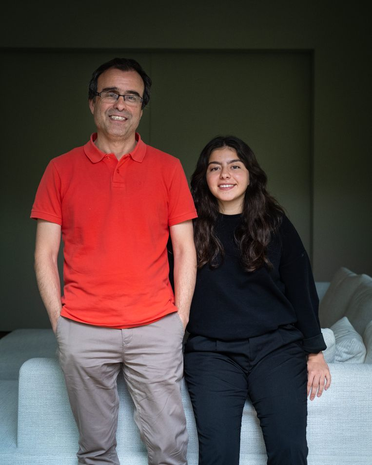 Dokter Ercan Cesmeli en zijn dochter: 'De situatie in Turkije is onder controle'. Beeld Wouter Maeckelberghe