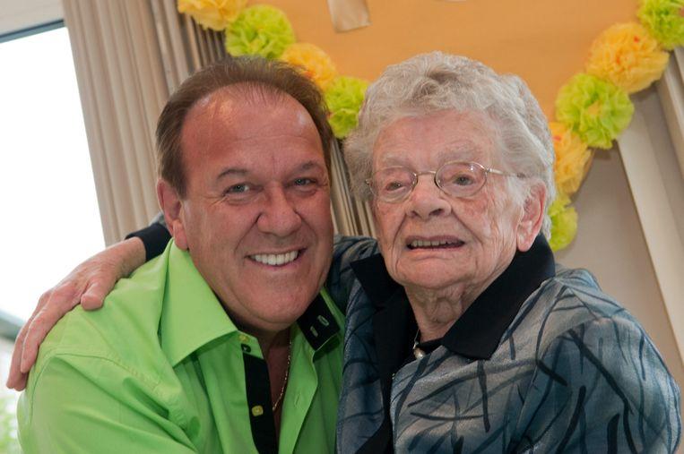 """Voor haar honderdste verjaardag kwam zanger Danny Fabry optreden. """"Als je 110 wordt, keer ik terug"""", lachte Fabry toen. Het mag niet zijn."""