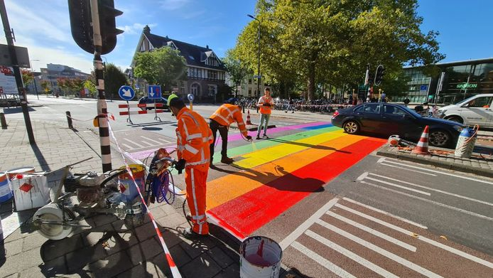 Het zebrapad werd in de kleuren van de regenboog gespoten, een kleur die er permanent op zal blijven.