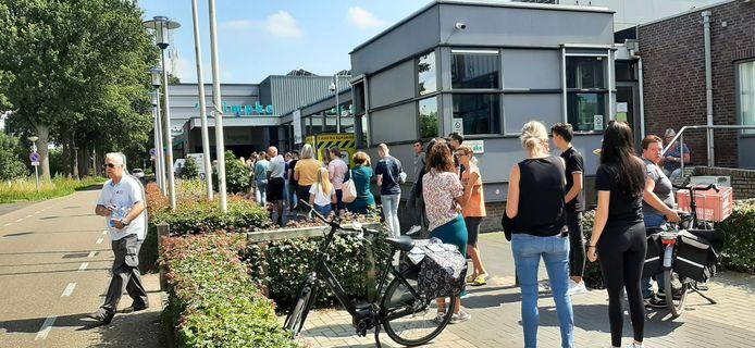 Een lange rij bij de test met prikken zonder afspraak in sporthal 't Timpke in Borculo. De EHBO deelde water uit.