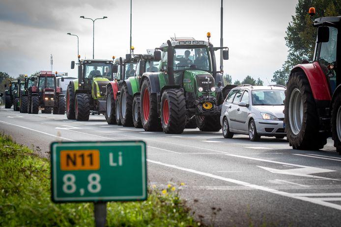 Boeren rijden met tractoren over de N11, voor een protestactie. In Alphen gingen jongeren zondag met een tractor aan de haal die op een bouwterrein stond.