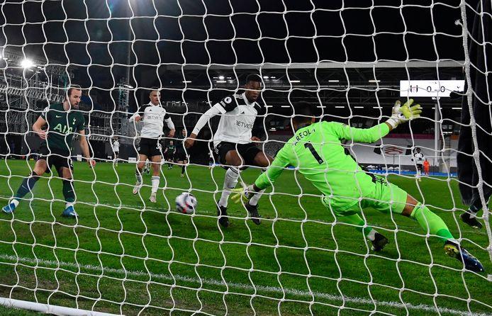 Tosin Adarabioyo maakte een eigen doelpunt en hielp daarmee Tottenham Hotspur aan de winst.