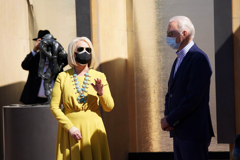 Cindy McCain (66), weduwe van de in 2018 overleden Republikeinse senator John McCain, in gesprek met presidentskandidaat Joe Biden.  Beeld REUTERS