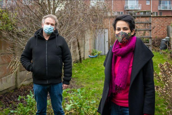 """Patrick Princen en Rina Rabau in een tuin. """"Een ecologische en biodiverse tuin vormt een natuurlijke buffer tegen langdurige droogte, wateroverlast, luchtvervuiling, extreme hitte en wind"""", zegt Rabau."""