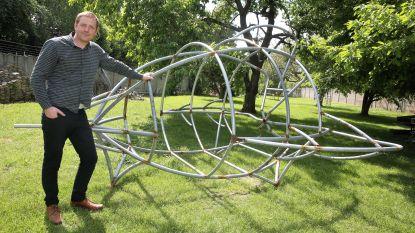 Artiest haalt weggewaaide trampolines op om kunstwerk te bouwen