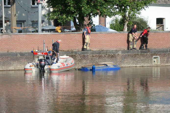 De boot kapseisde vrijdagavond. Drie inzittenden moesten door de brandweer worden gered. De boot werd nadien naar het Zennegat in Mechelen gesleept zodat het kon worden getakeld.