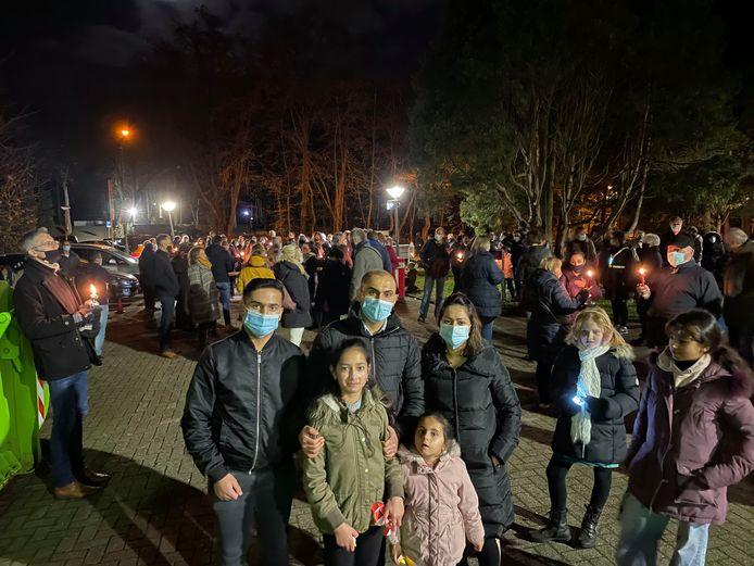 Het gezin Azaydin staat vooraan, terwijl op de achtergrond het stil protest wordt gehouden.