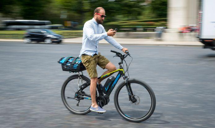 Nederlanders pakken door de uitbraak van het nieuwe coronavirus veel vaker de fiets, merkt Google. Zij vragen de helft meer fietsroutes op via het kaartprogramma van het internetbedrijf vergeleken met februari.