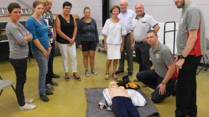 70 inwoners nemen deel aan cursus reanimeren met AED-toestel