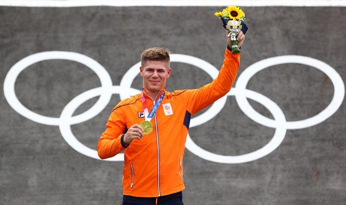 BMX'er Niek Kimmann stralend met de gouden medaille om zijn nek.