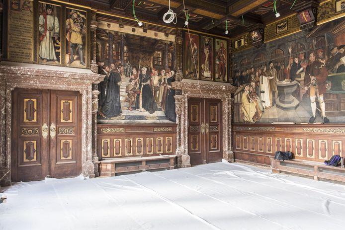 De werken aan de buitenkant zijn dan wel afgerond. Binnenin het zestiende-eeuwse monument wordt nog volop gewerkt.