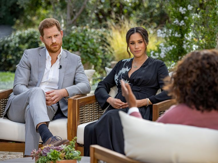Harry en Meghan tijdens het onthullende interview met Oprah. Beeld VIA REUTERS