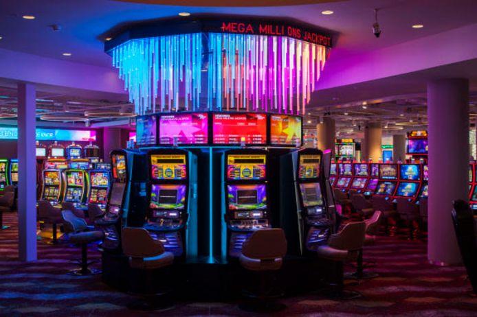 Tweetal wint jackpot in casino in Eindhoven.