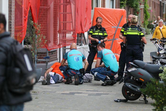 Een man is dinsdagmiddag tijdens werkzaamheden van een steiger gevallen aan de Frankenslag in Den Haag.
