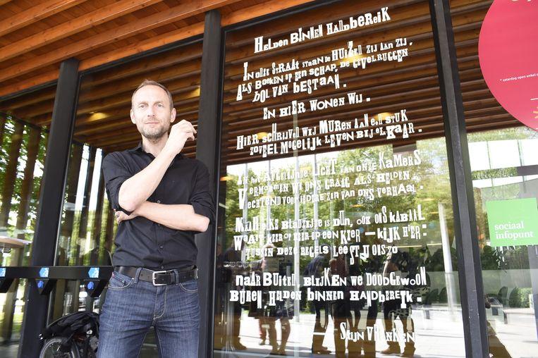 Stijn Vranken bij het gedicht aan de inkomhal van het districtshuis van Deurne.