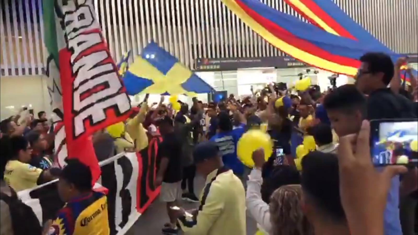 Enthousiaste fans wachten Ochoa op.