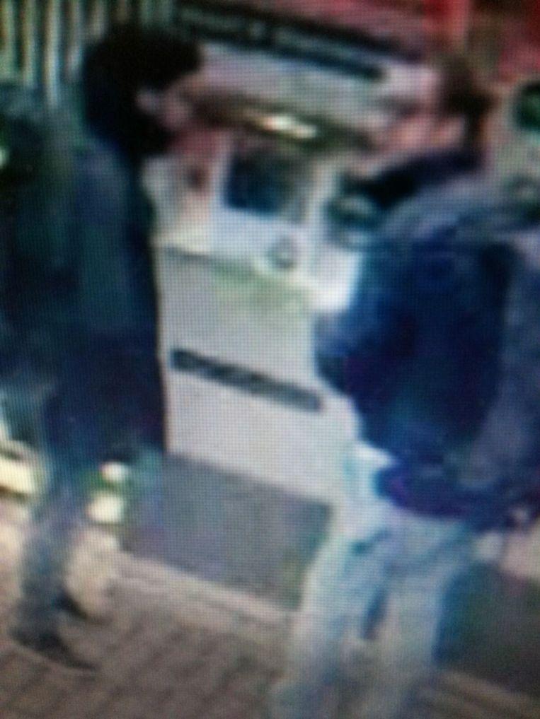 Khalid El Bakraoui en Osama Krayem (r.), klaar om zich op te blazen in de metro. Krayem krabbelde terug en dumpte zijn rugzak in Farisi'sflat. Beeld © rv