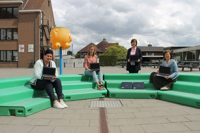 Veerle Devos (Sociaal Huis), directeur Marie Maertens (De Talententuin), schepen Rita Lammertyn en Carine Dewaele (Sociaal Huis) met de zes laptops die de gemeente aan de school schenkt.