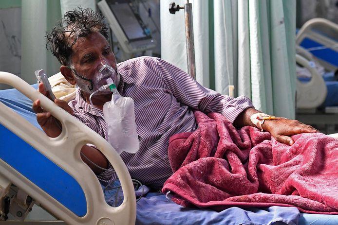 Een coronapatiënt in een ziekenhuis in Moradabad.