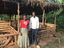 Edward en Irene hebben met hun geld een bescheiden varkenskwekerij opgestart. Voordien had het koppel amper inkomsten en leefden ze van wat er naast hun hut groeide.
