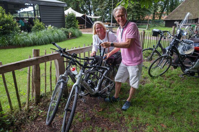 """Mieke en Peter Verhagen houden hun e-bikes wel in de gaten, maar verzekeren ze niet. ,,Te duur."""""""