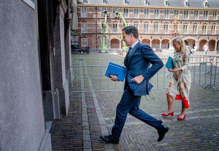 Kaag en Rutte onderweg naar de informateur, 4 juni. Beeld EPA