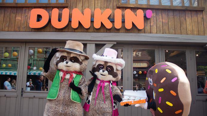 De mascotte van Dunkin' trakteert zijn collega's Randy en Rosie op donuts bij de opening van de nieuwe horecazaak in Attractiepark Slagharen.