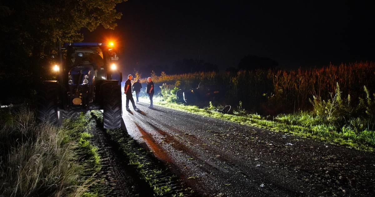 Auto slaat over de kop het maisveld in, na botsing met giertank.