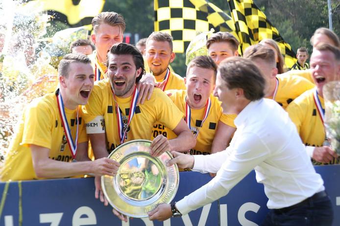 Jong Vitesse, dat hier van Vitesses technisch directeur Marc van Hintum de kampioensschaal krijgt uitgereikt, speelt in de aanloop naar het nieuwe seizoen onder andere tegen Wolverhampton Wanderers en SC Cambuur.